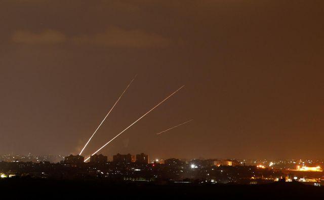 Izrael je ponoči izvedel več letalskih napadov na Gazo, potem ko so Palestinci izstrelili okoli 150 raket na izraelsko ozemlje. FOTO: Amir Cohen/Reuters