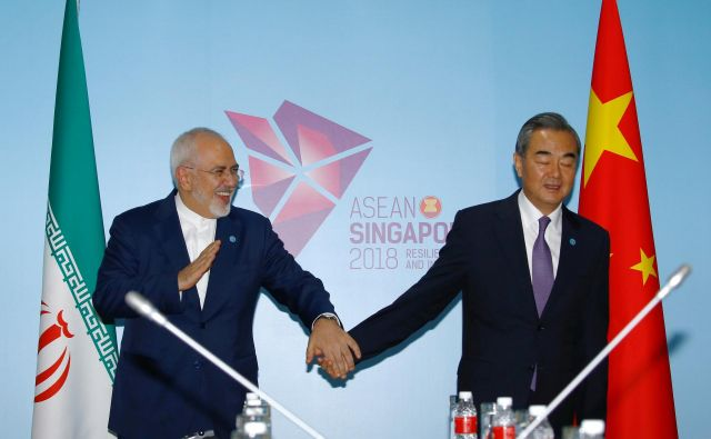 Iranski zunanji minister Mohamed Džavad Zarif (na fotografiji s kitajskim zunanjim ministrom Wang Yijem med srečanjem v Singapurju) je ocenil, da bo kitajska vloga odločilna pri ohranitvi skupnega vseobsegajočega načrta delovanja. FOTO: Reuters