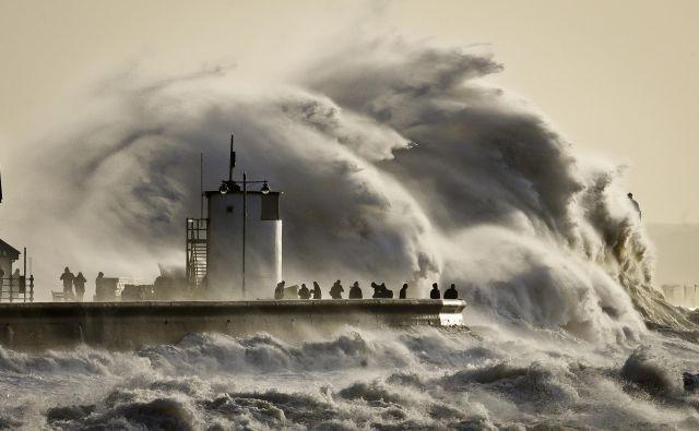 Valovi ne prenašajo vode (kot je morda videti na prvi pogled; deli vode se pri valovanju večinoma premikajo le gor in dol), ampak energijo. FOTO: AP