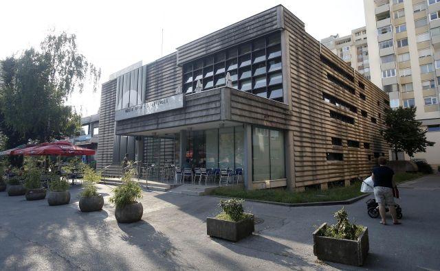 Center kulture – Španski borci bo jeseni dobil novo streho, fasade pa žal še ne. FOTO: Blaž Samec