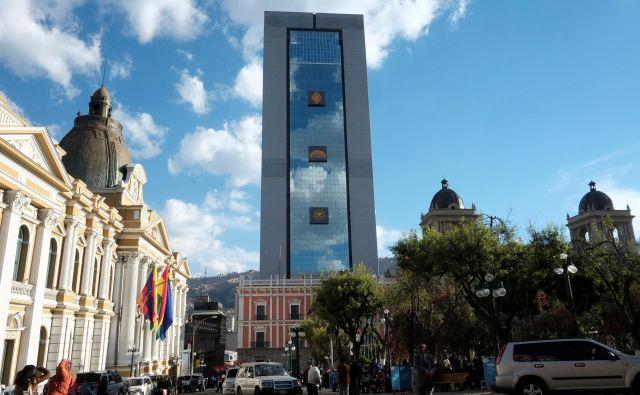 Moderno 29-nadstropno stolpnico je Morales dal postaviti v staro mestno jedro bolivijske prestolnice, kjer prevladuje kolonialna arhitektura.FOTO: David Mercado/Reuters