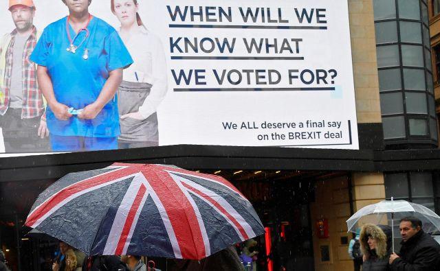 Zagovorniki še enega referenduma javnost z reklamnimi kampanjami že mesece prepričujejo v njegovo upravičenost. FOTO: REUTERS/Toby Melville