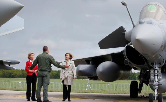 Nemška obrambna ministrica Ursula von der Leyen in francoska ministrica za oborožene sile Florence Parly med srečanjem na letalskem festivalu ILA v Berlinu. FOTO: REUTERS/Axel Schmidt