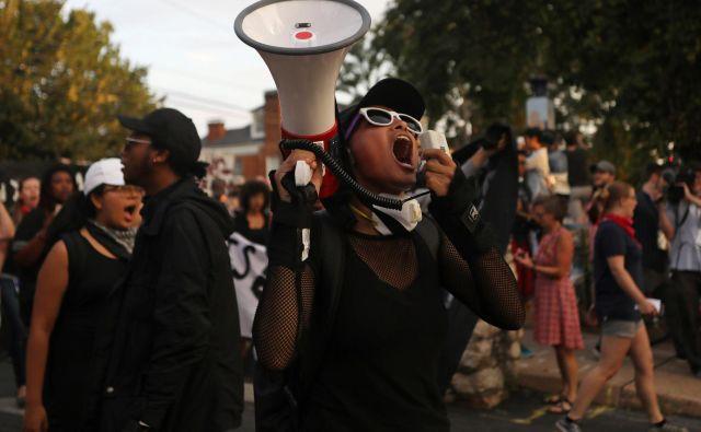 Protestni shod v Virginiji ob obletnici tragičnih spopadov med skupinami skrajnih desničarjev in nasprotniki, ki so terjali življenje Heather Heyer. FOTO: Reuters
