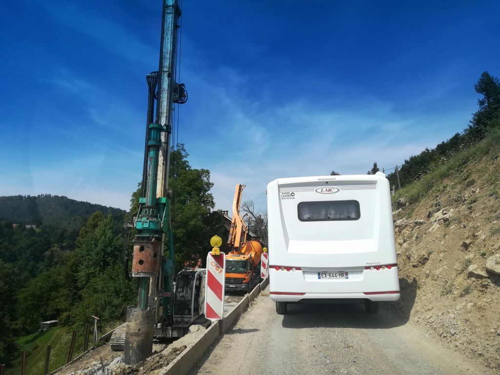 Zaprta glavna povezava, na obvozih pa gradbena dela in semaforji