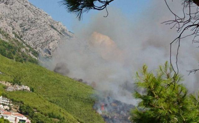 Na območju požara se vije gost črn dim, ki ga je po poročanju hrvaških medijev mogoče videti s širšega območje od Omiša do Makarske. FOTO: Petra Potočnik