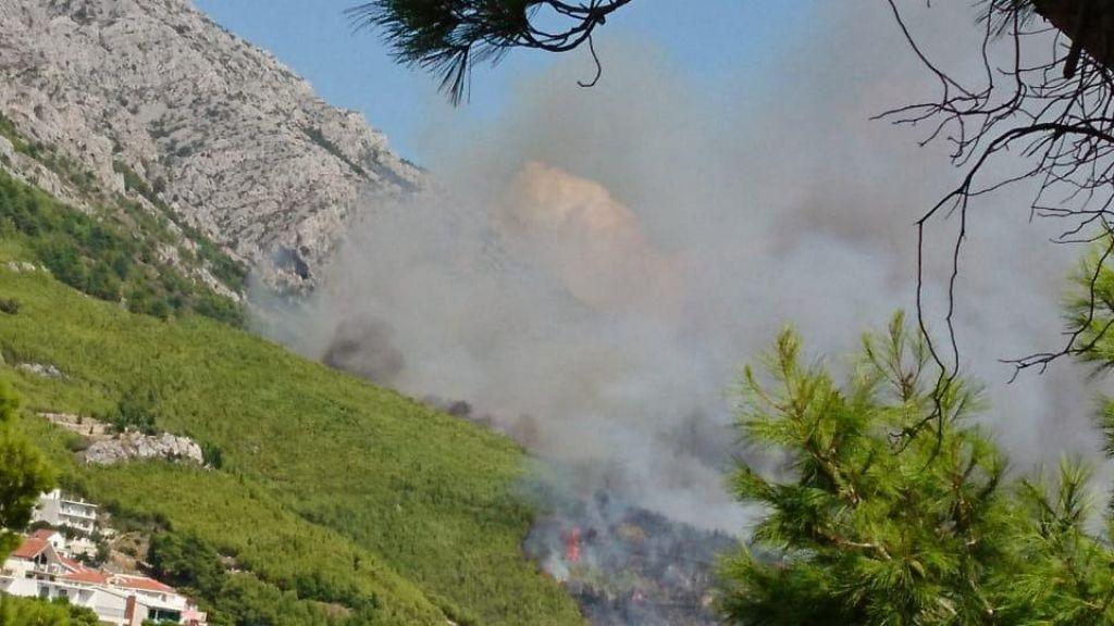 Požar v Omišu hiš in ljudi ne ogroža več