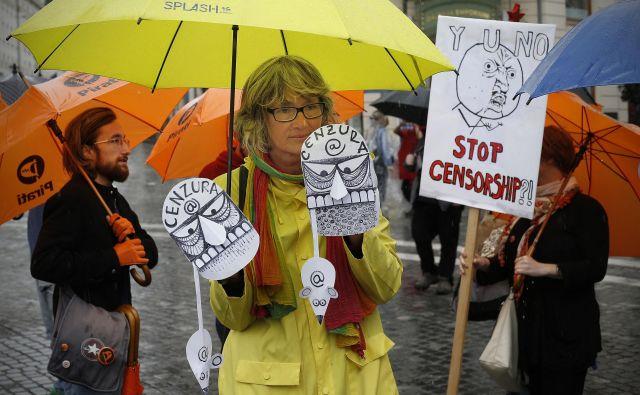 V Ljubljani in 24 drugih evropskih mestih so protestirali proti omejevanju spletne svobode. FOTO: Blaž� Samec/Delo