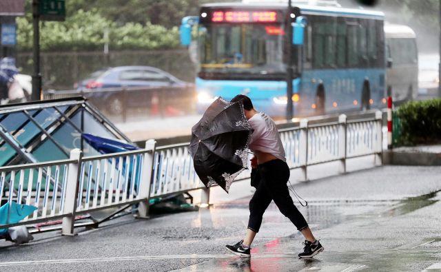 Tajfun Yagi je zaenkrat v vzhodni obalni provinci Zhejiang zahteval tri smrtne žrte. Svoje življenje so na Filipinih izgubile še tri osebe. FOTO: China Stringer Network Reuters
