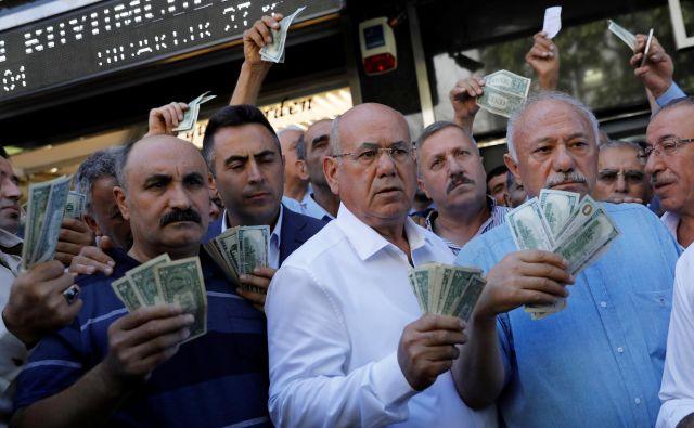 Turki so se množično odzvali na poziv predsednika Recepa Tayyipa Erdoğana, naj dolarske in evrske prihranke zamenjajo v lire ter tako preprečijo nadaljnje padanje vrednosti turške valute. FOTO: Reuters