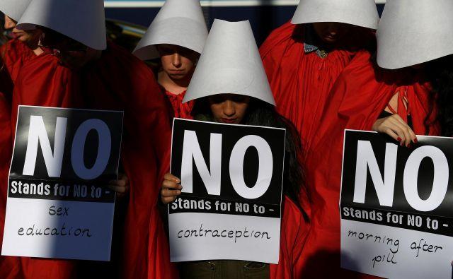 V Dublinu so se ženske za pravico do splava borile v unoifromah iz serije Deklina zgodba.<br /> FOTO: Reuters