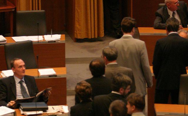 Na videz spontano grupiranje poslancev istih oziroma sorodnih političnih strank, ki mimogrede omogočajo kolegom vpogled v glasovnico, pomeni hkrati tudi nadzor glasovanja. Foto Matej Družnik