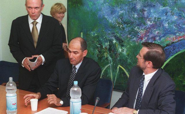 Od štirih koalicijskih partnerjev leta 1992 je do konca mandata Janezu Drnovšku (na fotografiji levo, na sredini Janez Janša, desno Lojze Peterle, manjka Janez Kocijančič) ostal samo Peterle. Foto Blaž Samec