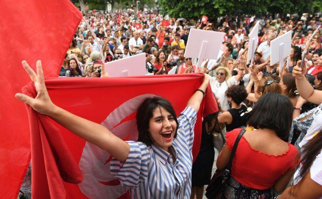 Nevladne organizacije ugotavljajo, da se položaj žensk v Tuniziji izboljšuje. Lani je bila, denimo, odpravljena prepoved poroke z nemuslimanom. FOTO: Fethi Belaid/AFP