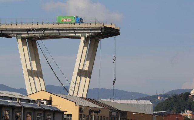 Vse od njegovega odprtja pred štirimi desetletji je bil viadukt predmet razprav, tudi zato, ker je bil speljan nad gosto poseljenim predelom Genove. FOTO: AFP