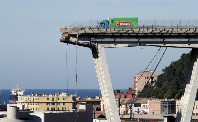 Voznik tovornjaka, ki je obtičal pred breznom podrtega mosta v Genovi, je imel neznansko srečo. Foto Reuters