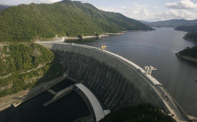Jez na reki Jenisej v ruski republiki Hakasiji v Sibiriji zadržuje vodo za največjo hidroelektrarno v Rusiji in deveto največjo na svetu. Skupna nazivna moč elektrarne je 6400MW, akumulacijsko jezero pa ima površino 621 kvadratnih kilometrov. FOTO: Reuters