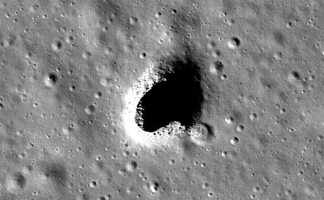 Posnetek udornine na območju hribovja Marius, ki je nastal v okviru japonske misije Kaguja. Znanstveniki so zdaj potrdili, da gre pravzaprav za spodmol oziroma vhod v lavno jamo, ki bi lahko bila primerna za bodoče naselbine na Luni. FOTO: Nasa