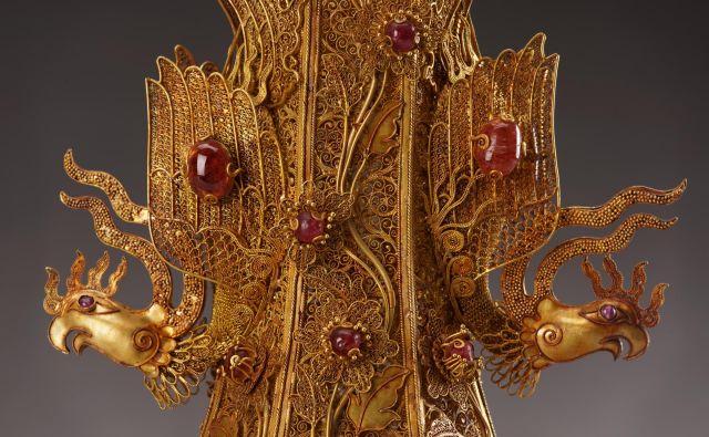 Vaza z ročaji v obliki feniksa iz zlata z rubini, safirji in biseri, datirana v leto 1601. FOTO: Wang Wei Chang