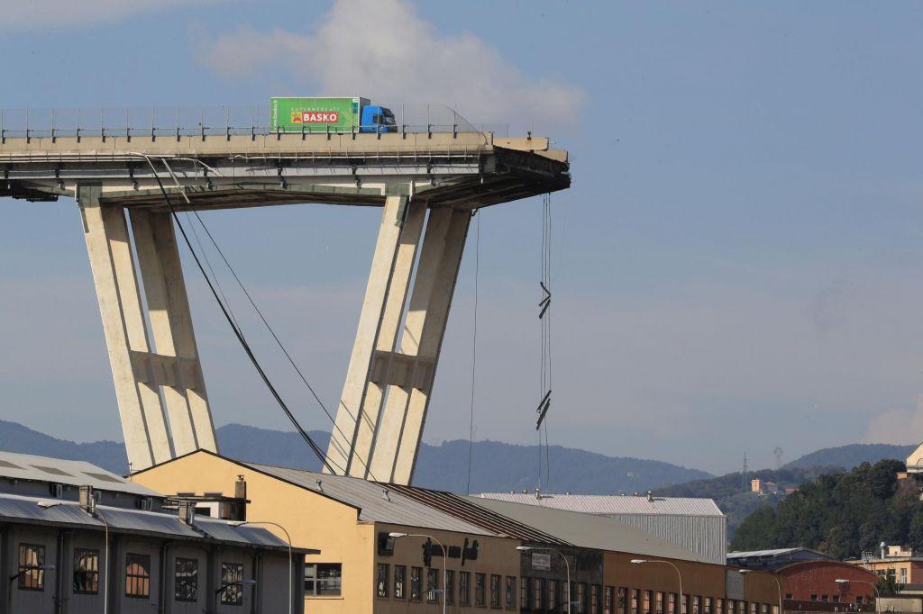 FOTO:Zrušil se je viadukt, trupla ukleščena v uničene avtomobile, vsaj 35 mrtvih