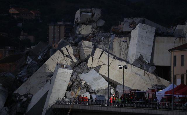 Podjetje Autostrade per l'Italia je v torek potrdilo, da so se na zrušenem viaduktu začela vzdrževalna dela, vendar pa niso ocenjevali, da bi se most lahko zrušil. FOTO: Valery Hache/AFP