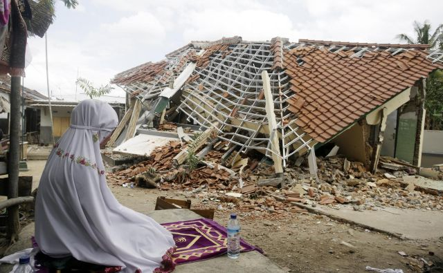 Potres je povzročil tudi za najmanj 440 milijonov evrov škode. FOTO: AP