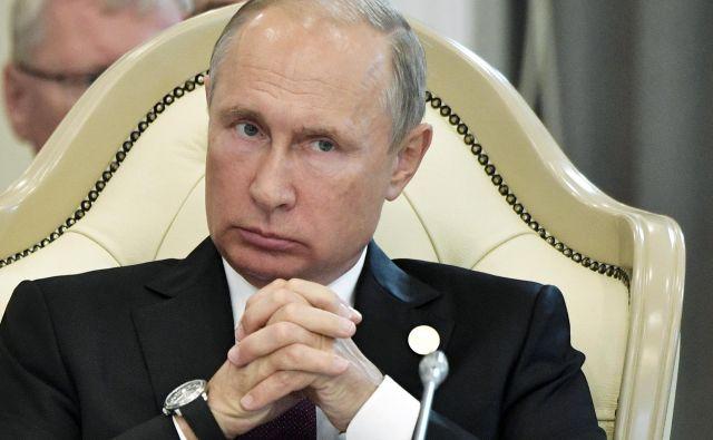 »Potrjujem, da sem se pripravljen sestati z vami že kmalu, da bi se pogovorili o nujnih vprašanjih v dvostranskih odnosih in o pomembnih zadevah v regiji,« je sporočil Putin v pismu. FOTO: Alexei Nikolsky/AP