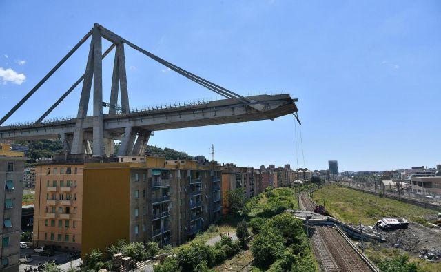 Strokovnjaki menijo, da je bil most, ki so ga zgradili leta 1962 že v začetku slabo zasnovan, poleg tega pa naj bi bil tudi že dotrajan in slabo vzdrževan. FOTO: AP
