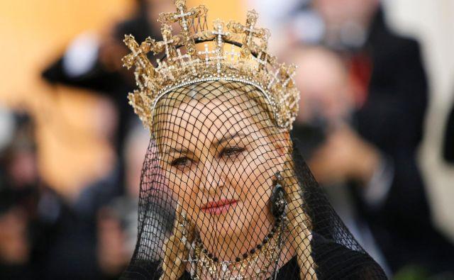 Madonna na letošnji prestižni prireditvi Met Gala v New Yorku, ki je praznik odprtja modne razstave v muzeju Metropolitan. FOTO: Reuters
