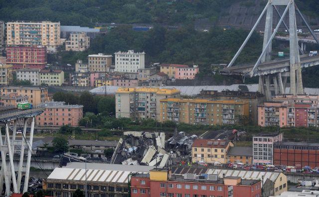 Zaradi grožnje, da bi se zrušil še kakšen del viadukta, so evakuirali več kot 400 ljudi. FOTO: Reuters