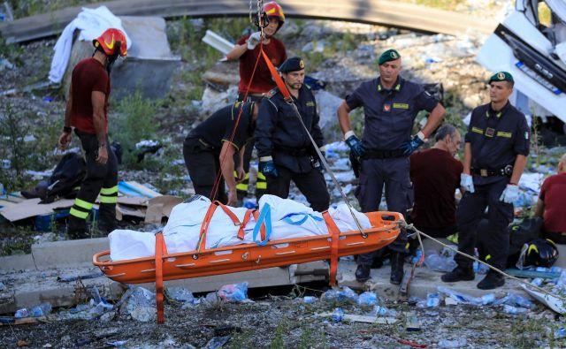 Med ruševinami so našli 42 trupel (uradno so potrdili 39 žrtev), med nesrečniki pa so celotne družine in številni mladi. FOTO: AFP