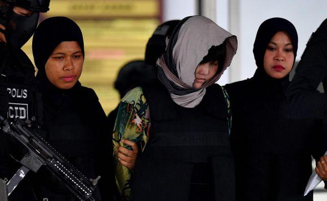 Vietnamka Doan Thi Huong v spremstvu policije zapušča malezijsko sodišče. FOTO: Manan Vatsyayana/AFP