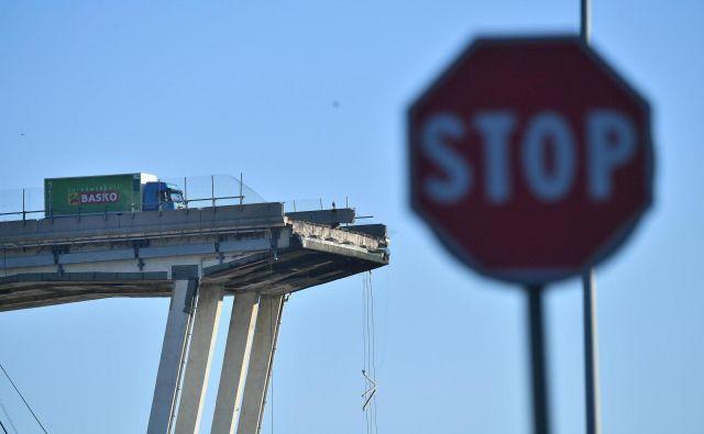 Z zrušenjem viadukta je Genova izgubila pomembno prometno povezavo, ki prečka reko Polcevera in povezuje vzhodni in zahodni del mesta. FOTO: Luca Zennaro/AP