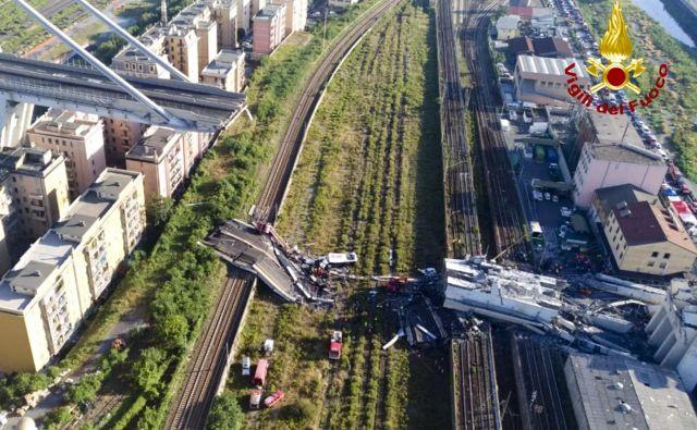 Viadukt Morandi se je zrušil med hudim neurjem, ko je v globino 45 metrov skupaj z njim zgrmelo več kot 30 avtomobilov in trije tovornjaki. FOTO: AP