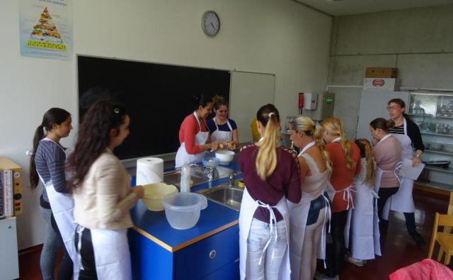 Kuharski tečaj je bil dobro obiskan. FOTO: Arhiv Ljudske Univerze Kočevje.