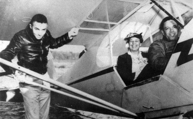 Eleanor je med obiskom inštituta prosila C. Alfreda Andersona, ki je bil takrat edini temnopolti pilot z licenco za letenje komercialnih letal, da naj jo popelje z letalom. Uslužbenca tajne službe v njenem spremstvu je skoraj kap. FOTO: Wikipedia