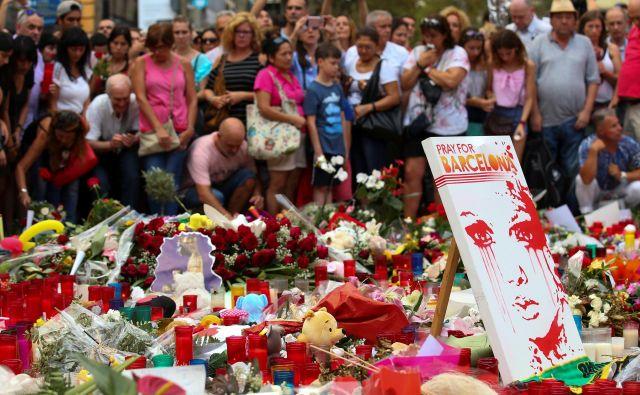 Na aveniji Rambla v središču Barcelone je bilo ubitih 14 ljudi iz devetih držav – med njimi tudi sedemletnik iz Avstralije in triletni deček iz Španije. FOTO:Foto Albert Gea/Reuters