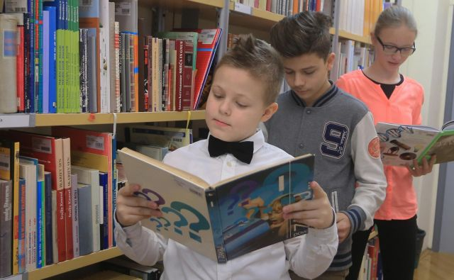Literatura otrokom in mladim odlično odprira teme o staranju, saj ob branju literarnih del prebrano doživljajo skupaj z literarnimi junaki. Foto Tadej Regent