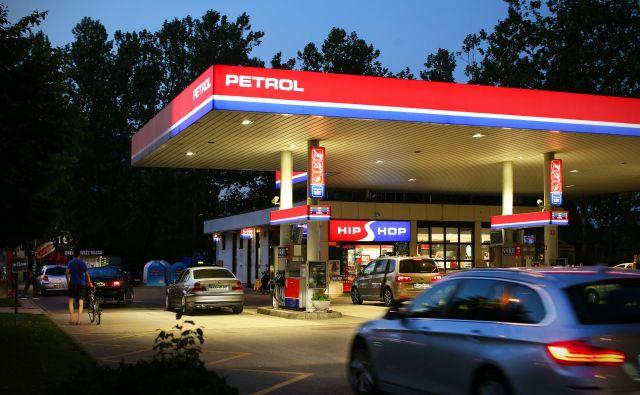 Rast prodaje trgovskega blaga na Petrolovih bencinskih servisih se bo zagotovo nadaljevala. Po novem bodo trgovine ob praznikih in nedeljah zaprte. FOTO: Jure Eržen