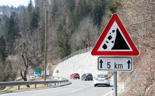 Na cestnem odseku Zala pri Idriji je padajoče kamenje ogrožalo voznike. FOTO: Marko Feist