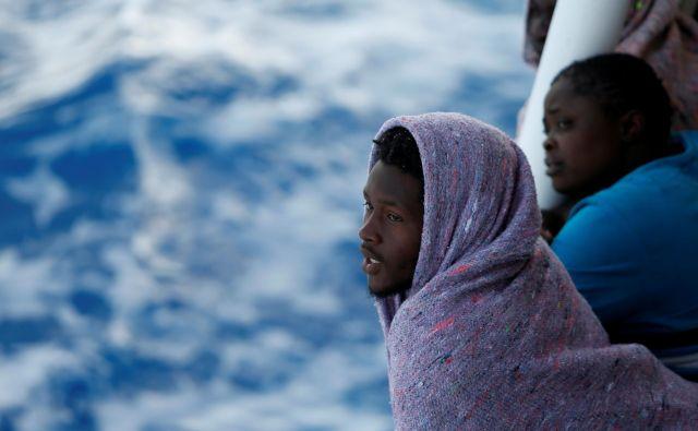 Migranti z obal Libije pred malteškim otokom Gozo med plovbo proti Italiji. FOTO: Reuters