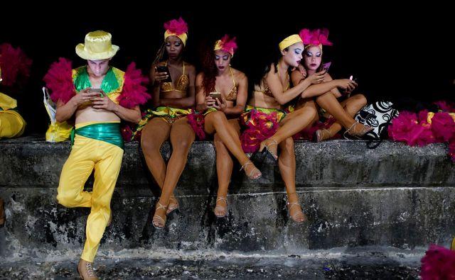 Ravno med karnevalom so lahko Kubanci za osem ur brezplačno preizkusili brezžični internet. FOTO: Reuters