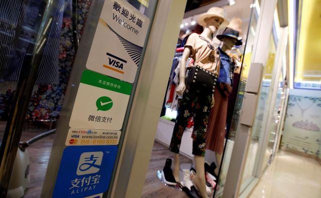 Kitajski potrošniki enajstkrat več kot Američani plačujejo račune z digitalnimi denarnicami. FOTO: Reuters