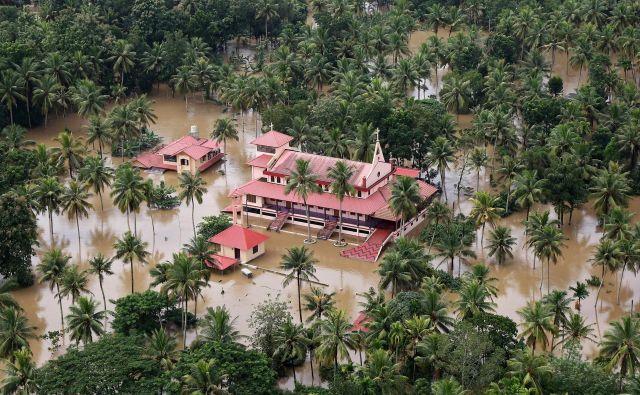 Številne hiše so povsem pod vodo. FOTO: Reuters