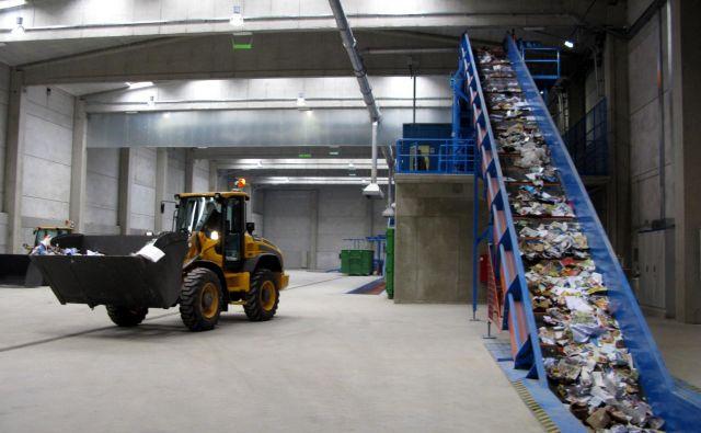 V koroškem regijskem centru za ravnanje z odpadki opozarjajo vodstva komunalnih podjetij, da bodo začeli zavračati tovornjake z nepravilno ločenimi smetmi. FOTO: Mateja Celin