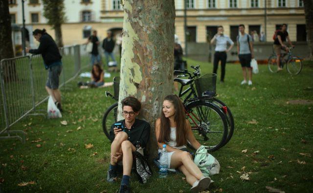 Mladi v Sloveniji dolgo živijo skupaj s starši. FOTO Jure Eržen/Delo