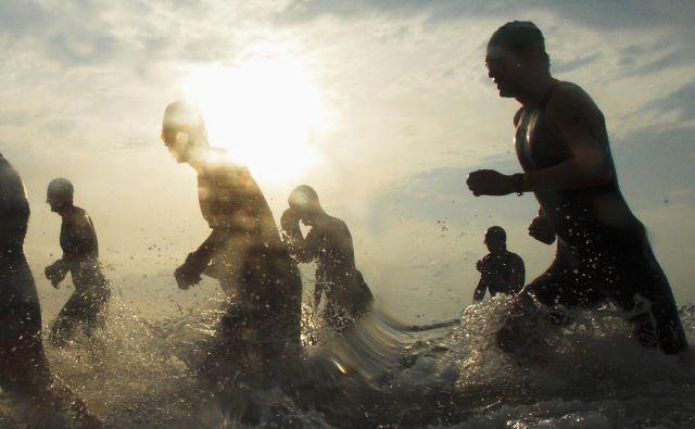 Vse se ne začne s plalanjem, niti pri ironman triatlonu ne, vse se začne že davno prej, v glavi. Foto Tim Chong Reuters