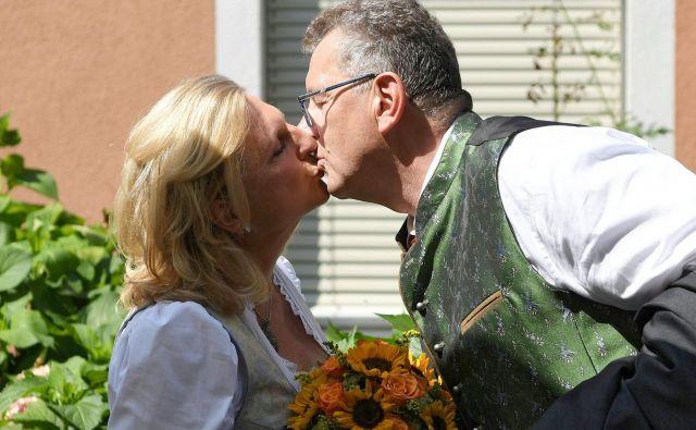53-letna Kneisslova se je poročila s svojim dolgoletnim življenjskim sopotnikom.FOTO: Reuters