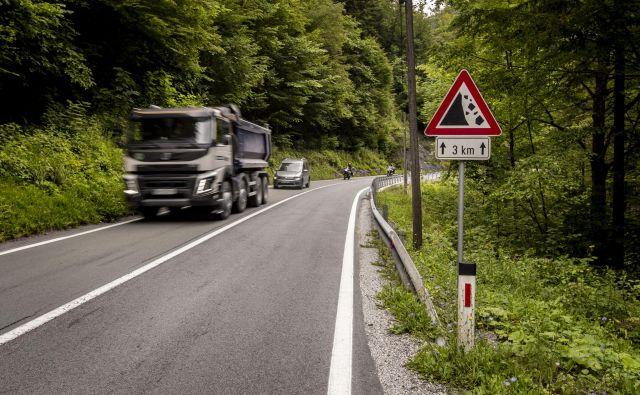 Za tovornjake je bil uraden obvoz skozi Tolmin. FOTO: Voranc Vogel/Delo