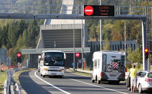 Devetkilometrski zastoj je na gorenjski avtocesti pred predorom Karavanke, ki ga občasno zapirajo proti Avstriji. FOTO: Delo